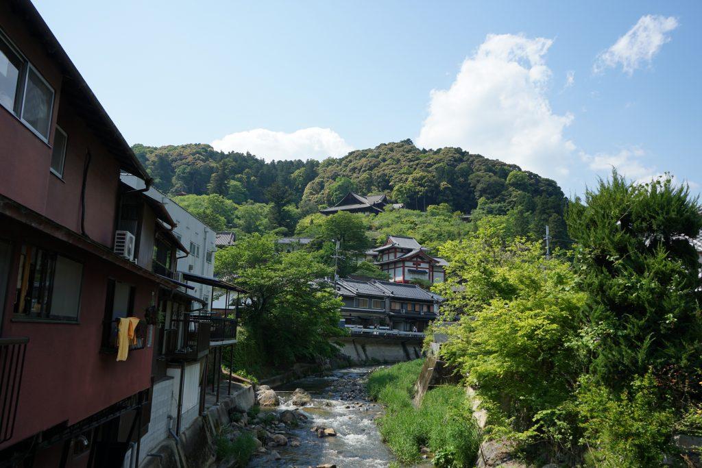 下から見る長谷寺