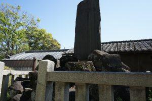 高田城跡石碑斜めから