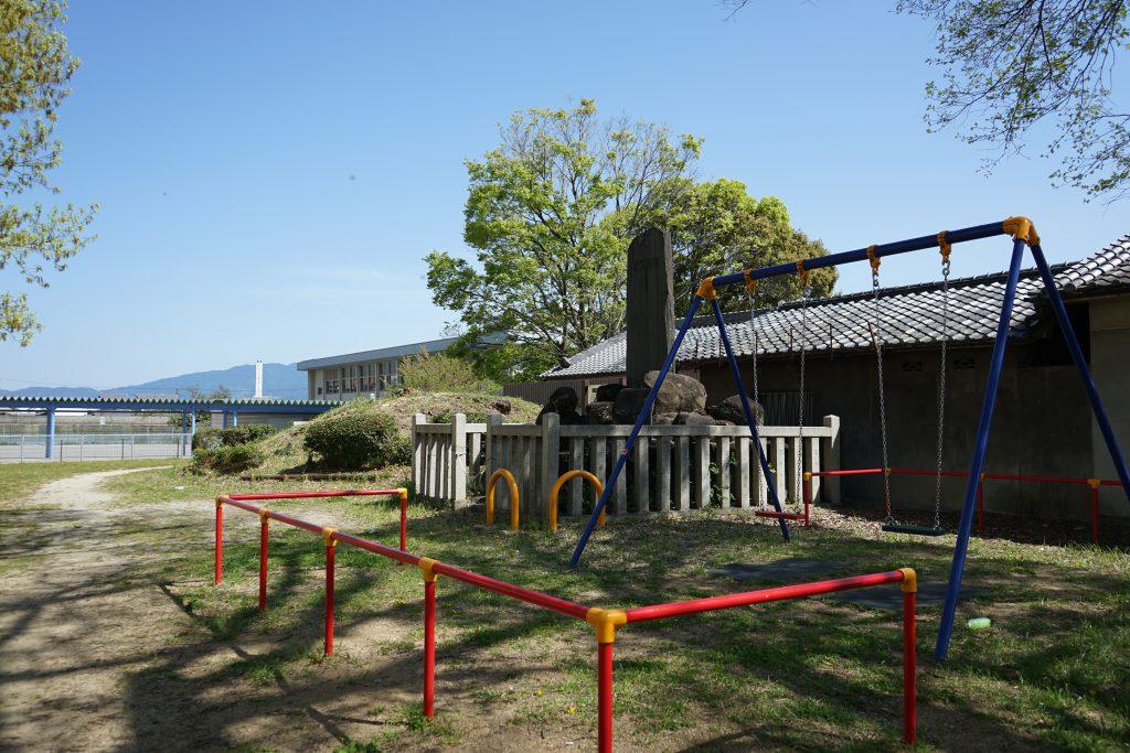 高田城跡石碑とブランコ