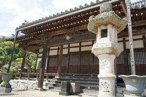 極楽寺灯籠と本堂