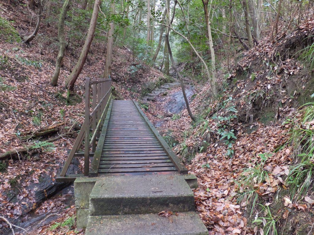 二上山登山道川沿いの橋
