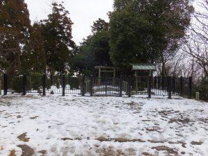 大津皇子御墓正面