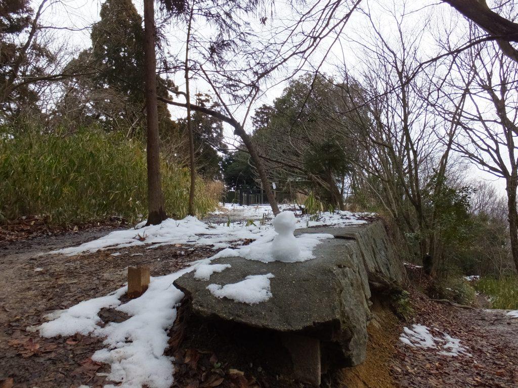 大津皇子御墓近くの雪だるま